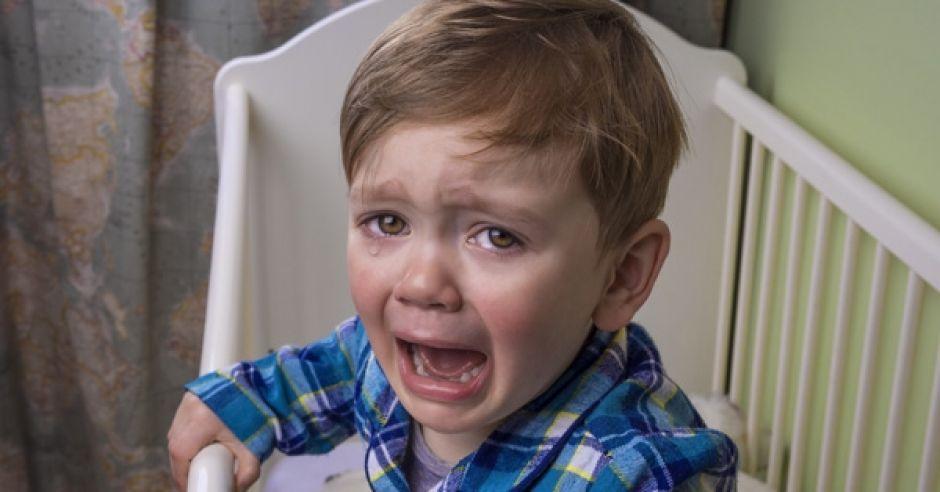 płaczący chłopiec, dziecko