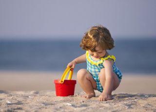 plaża, morze, dziecko, wiaderko, muszelki