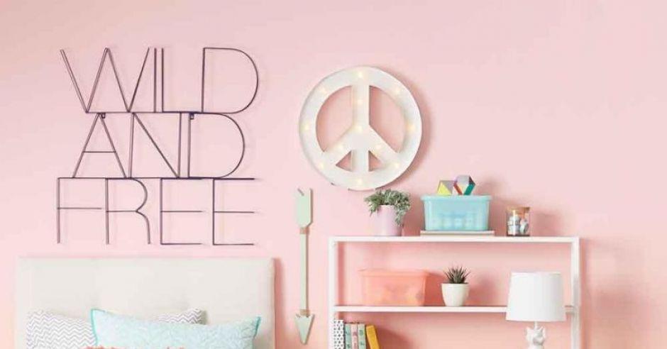Pokój dziecięcy w neutralnych kolorach.