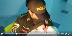 Policjantka karmi piersią porzucone dziecko