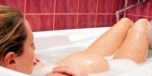 Poród: ciepła kąpiel w wannie na porodówce to sposób na złagodzenia bólu