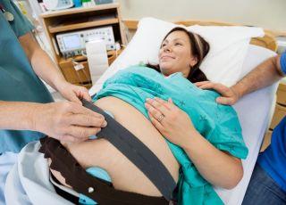 Poród, kobieta podczas badania KTG