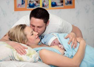 poród, noworodek, rodzice, kobieta po porodzie, narodziny dziecka