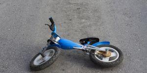 Porzucony na ulicy dziecięcy rowerek