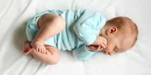 Pozycja do snu noworodka