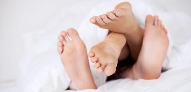 pozycja klasyczna, pozycje seksualne, zapłodnienie, seks a ciąża, starania o dziecko, para w łóżku