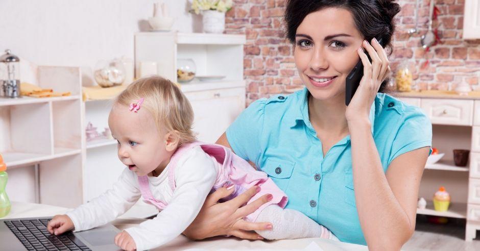 Pracująca mama, dziecko, kobieta, laptop, praca na wychowawczym
