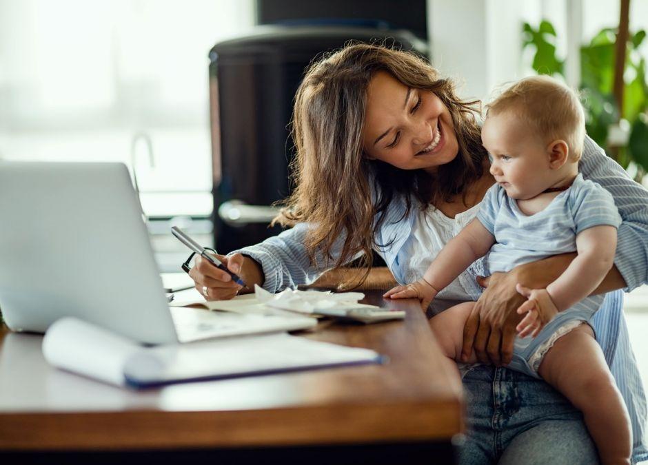 pracująca mama z dzieckiem