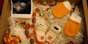 prezent, buciki niemowlaka, rękawiczki dla niemowlaka