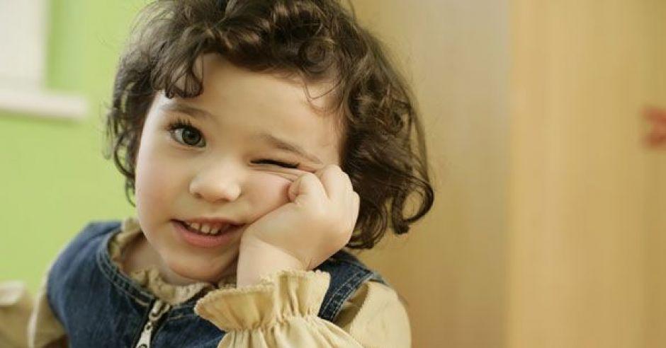 przedszkolak, dziecko, dziewczynka, zamyślenie, zmartwienie