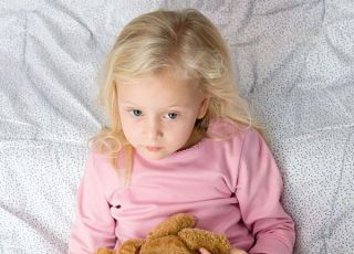 przedszkolak, dziewczynka, łóżko, maskotka