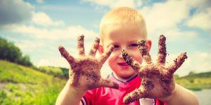 przedszkolak z brudnymi rękami