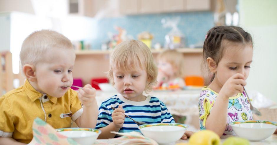 przedszkolaki jedzą posiłek w przedszkolu