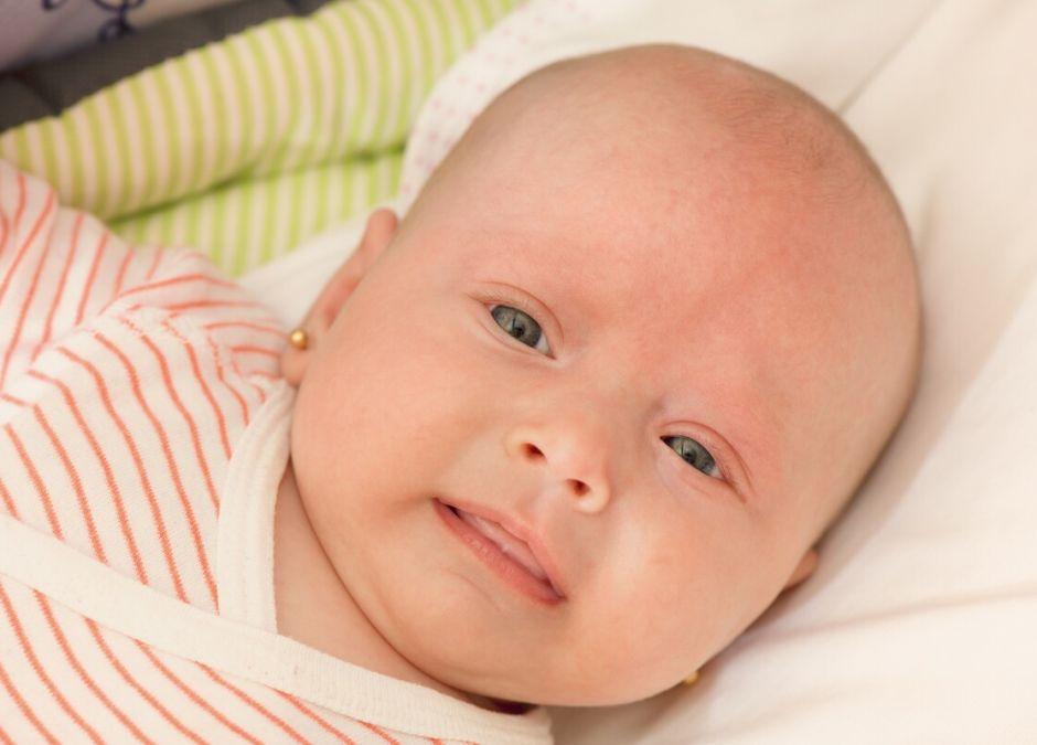 przekłuwanie uszu niemowlakom