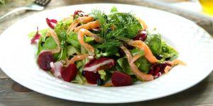 przepis na sałatke z jagodami, buraczkami i łososiem