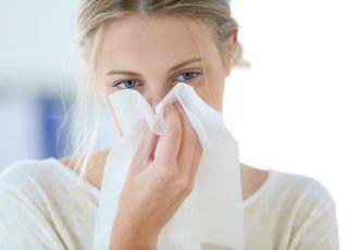 przeziębienie, choroba, katar, kobieta z chusteczką