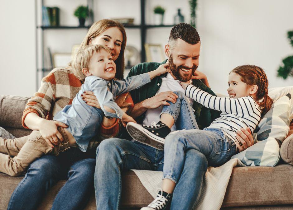 radosna rodzina siedzi na kanapie