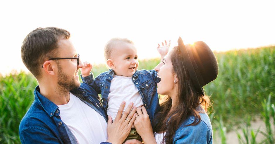 radosna rodzina z dzieckiem