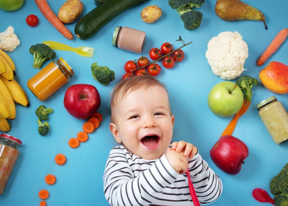 Radosne dziecko z jedzeniem