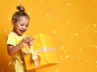 Radosne dziecko z prezentem
