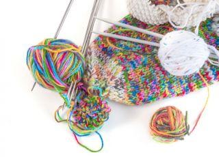robótki ręczne, robótki na drutach, nabieranie oczek na drutach, wełna, wzór melanżowy