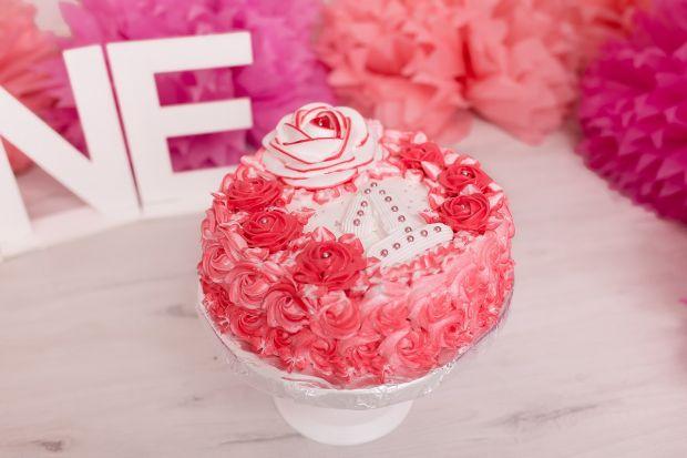 Tort na roczek z różami
