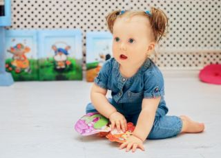 Roczna dziewczynka bawi się w żłobku