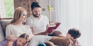 rodzice czytają dzieciom bajkę