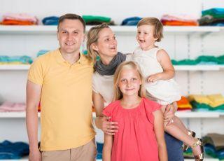 rodzice kupują ubranka dziecięce