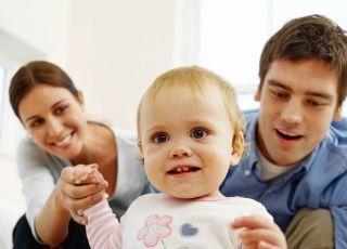 rodzice, mama, tata, niemowlę, nauka chodzenia