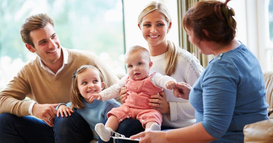 rodzice, niemowlak, niania