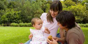 rodzice, niemowlę, majówka, piknik