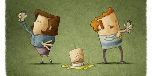 Rodzice patrzą na telefon, zamiast na dziecko