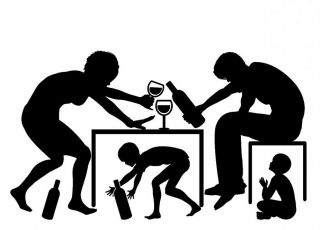 Rodzice piją alkohol w obecności przerażonych dzieci