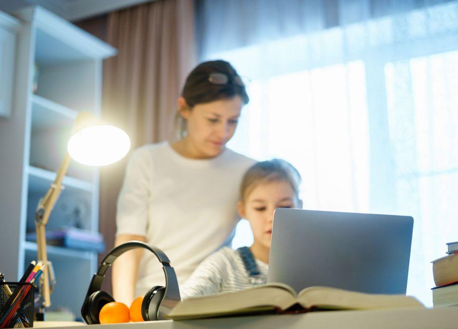 rodzice pomagają w zdalnych lekcjach