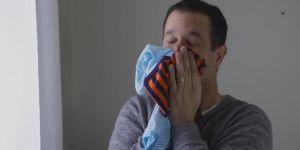 Rodzice wąchają ubranka dzieci