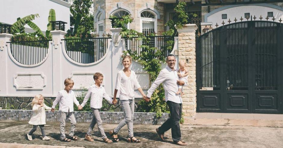 Rodzice z czworgiem dzieci na spacerze