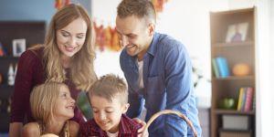 rodzice z dziećmi wspólnie wycinają wzory na dyni w halloween.jpg