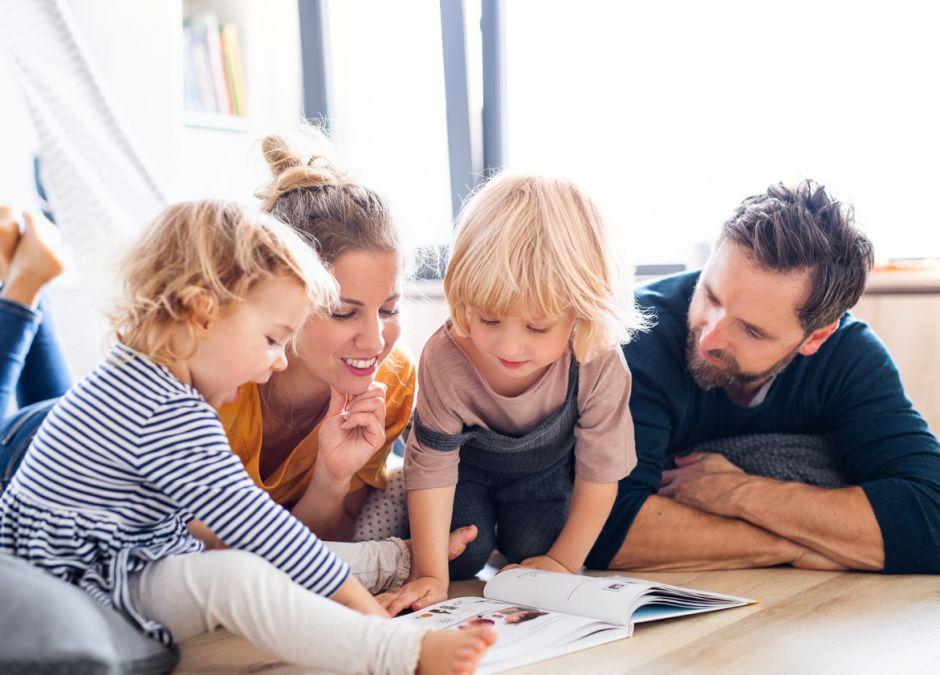 rodzina czyta