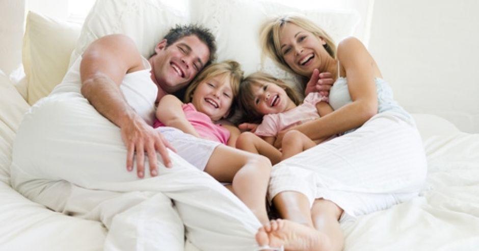 rodzina, łóżko, dzieci, rodzice, mama, tata