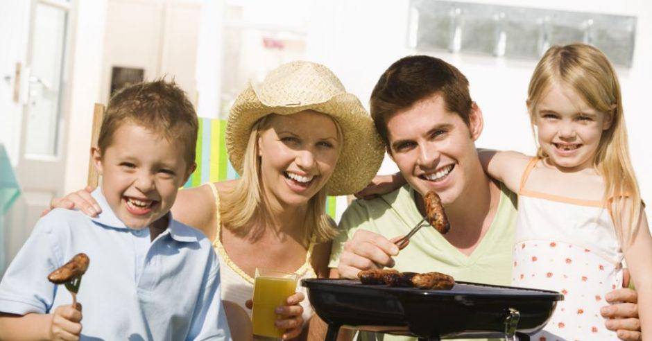 rodzina, mama, tata, dzieci, grill, jedzenie