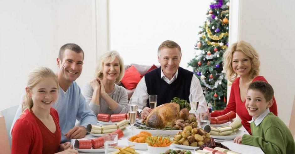 rodzina, mama, tata, dzieci, stół, święta, choinka, Boże Narodzenie