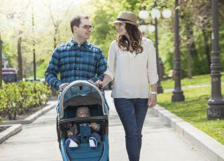 rodzina na spacerze z dzieckiem