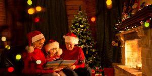 Rodzina przy kominku w Święta