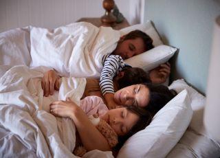 rodzina w łóżku