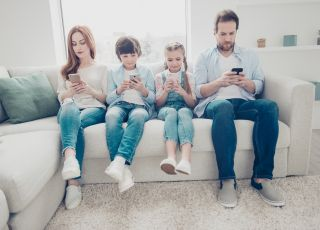 Rodzina ze smartfonami