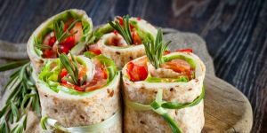 rolada, tortilla, kurczak, warzywa, sałata, ogórek