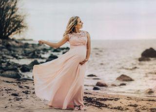 różowa kreacja ciążowa idealna zarówno kiedy bierzesz ślub, jak i tańczysz na weselu