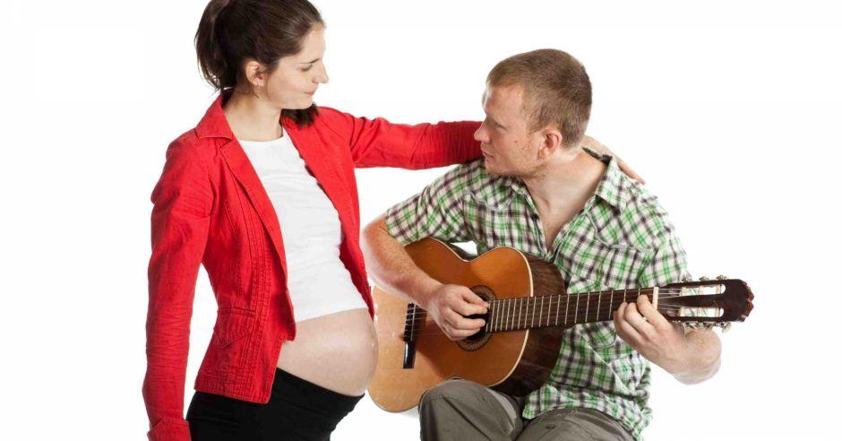rozwój słuchu, co słyszy płód, rozwój płodu, kontak z dzieckiem w brzuchu, czy dziecko w brzuchu słyszy, jak rozwija się słuch