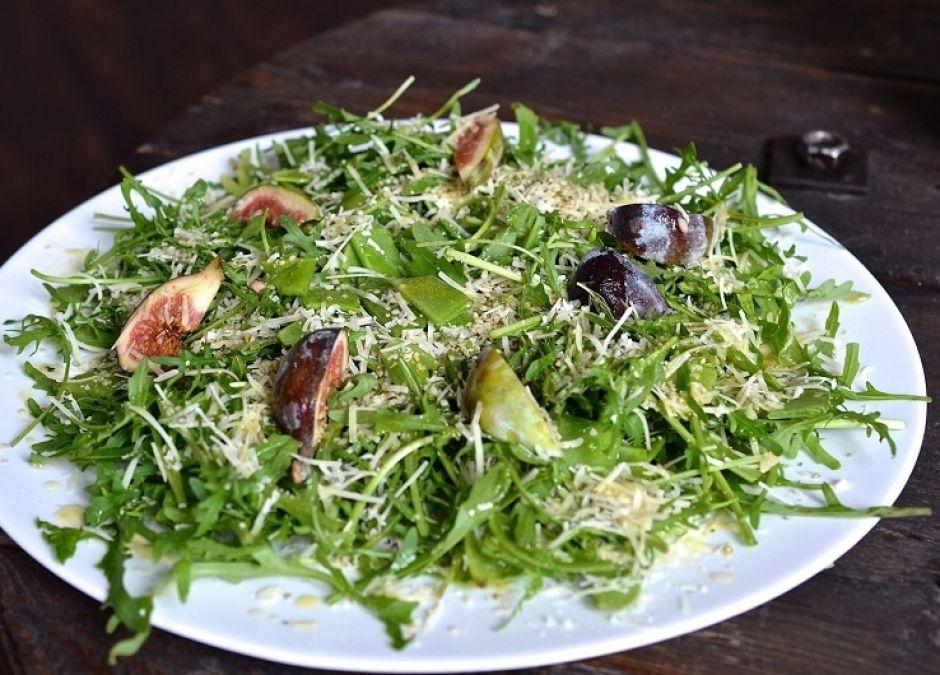 Przepis Na Salatke Z Rukola Z Groszkiem Cukrowym Parmezanem I Swieza Mieta Mamotoja Pl